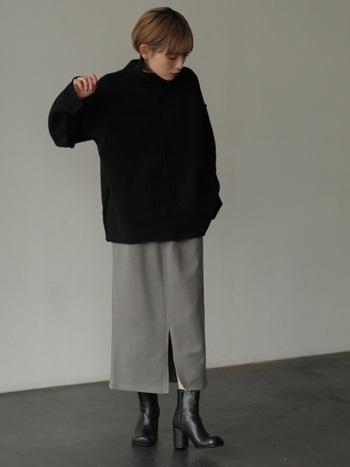 黒とグレーだけでつくるモノトーンコーデ。カラーはおろか、白さえも使わずオーバーサイズにまとめた着こなしは、どこか男性的な雰囲気を漂わせます。フロントのスリットとブーツの光沢がレディな一面を覗かせているよう。