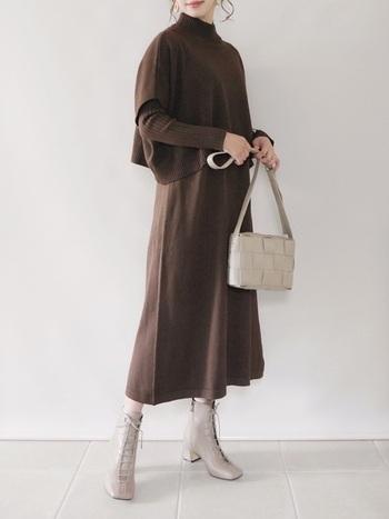 冬は黒や茶色など暗めの色の服が多くなりがちです。しかしホワイトやアイボリーのブーツを投入するだけで、全体がパッと明るく抜け感のあるコーデに仕上がります。ちょっと難易度が高めですが、効果抜群ですのでトライしてみてください。