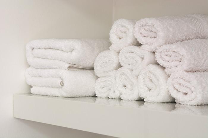 お風呂からあがり、大きくてふわふわなタオルに包まれる瞬間、幸せですよね。ただ、体を包み込むほどの大柄さゆえに、場所をとってしまうことや、洗って干しても乾きづらいのが難点。「出番待ちのバスタオルがたくさん…」という人は、お気に入りのバスタオルを数枚残しつつ、何枚かをガーゼタオルやフェイスタオルに代えてみるのはいかがでしょうか。