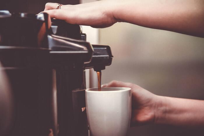 """「コーヒーを淹れている間に他のことができる」「一度に何杯ものコーヒーを淹れられる」といったように、時間を有効活用できることや、""""いつも同じ味を楽しめる""""といった安心感は、コーヒーメーカーの大きなメリットですよね。でも、精密機械なのでサイズが大きく、場所をとってしまいがち。また、その都度コードを差すのが面倒だったり、分解して洗うこともおっくうになり、気が付いた時にはほこりをかぶっていることも。"""
