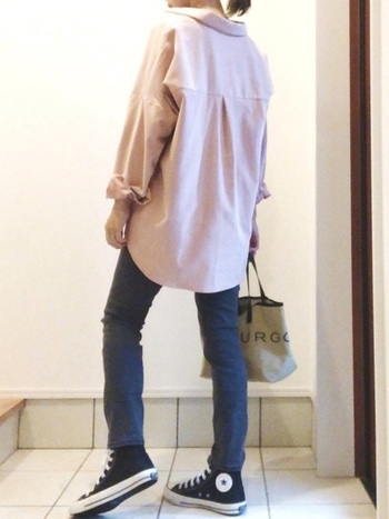 水色やパープル、ピンクベージュなど、コーデュロイシャツとしては珍しいきれい色が揃っているのが「ZARA」。ポケットなどは何も付いておらずごくシンプルなので、カジュアルにもきれいめにも着ることができます。