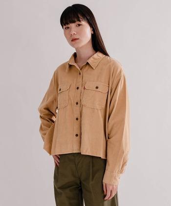 短め丈が特徴的な、Levi'sのコーデュロイシャツ。一枚で着る他、ロング丈のTシャツをレイヤードするのもおすすめです。肌触りのよいプラッシュコーデュロイも魅力。