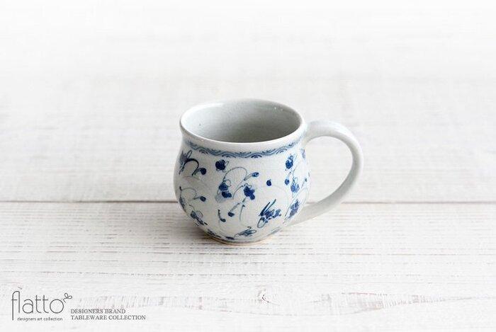 女性作家 石井桃子さんが手掛ける優しい色合いの花唐草マグカップ。ちょっと小ぶりサイズが女性向けで使いやすいですよ。文様はすべて手描きで丁寧に作られており、手作りの良さが伝わってきます。お家でまったり過ごしたい時のお供に。