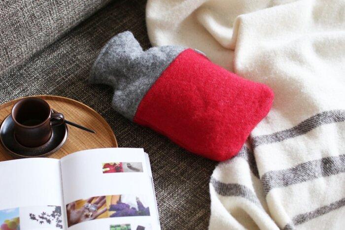 寝るときだけでなく、ちょっとソファーで一息と言うときにも、椅子に座ってお家でテレワークというときにも、湯たんぽはいかがでしょうか。  しっかりとしたウール100%のカバーを使えば、保温性も抜群、なおかつ、じんわり程よい暖かさを伝えてくれます。スローと一緒に使えば更に力を発揮してくれることでしょう。  筆者も足元が冷えるなと思うときには、湯たんぽを膝の上に置いてその上から巻きスカートのようにひざ掛けを巻いてデスクワークをしています。