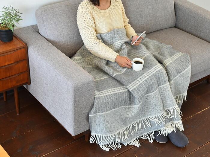 ラムウール100%のスロー。スローとは大判のブランケットを指すのだそう。 冬の寒い日はソファーでゆっくりコーヒーを飲みながら読書。そんな日に、体もすっぽり包めてしまえそうなスローがあれば、より快適なこと間違いなし!