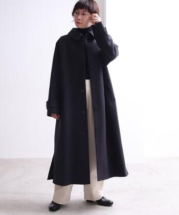 30〜40代の大人の落ち着きを醸し出すなら、柄や色味のあるコートは控え、無地の黒やネイビーなどの深みのあるカラーがおすすめ。シルエットや合わせる洋服を工夫すれば、マルチなシーンで活躍してくれますよ。  特にオーバーサイズのコートなら、体型をカバーしつつ旬のリラクシーな着こなしも実現できて◎