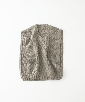 アラン模様をベースに、鹿の子編みと縄編みを組み合わせたハンドニットベスト。サイドオープンは、今年流行のデザイン。上からかぶるだけで、こなれた着こなしを演出してくれます。