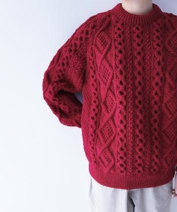 ハッと目を引く鮮やかな赤のアラン模様セーター。シンプルにブルージーンズを合わせ、唇は赤いリップで。パリジェンヌ風なコーデを試したくなります。