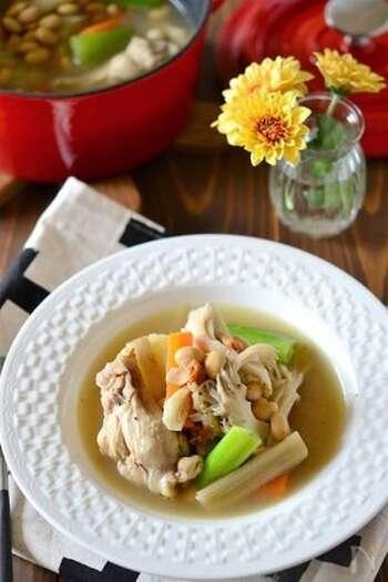 こちらは満腹感バッチリ、サムゲタン風に仕上げた大豆入りのスープです。良質なタンパク質が摂取できるので、ダイエットや筋トレ中の方にもおすすめのレシピです。