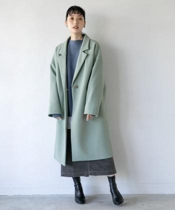 「20代の頃はベーシックカラーばかり着ていた」「40代からは少し遊び心が欲しい!」と感じる人には、ブルーやラベンダーのコートはいかがですか?  落ち着きとパステルの可愛らしさを兼ね備えたきれい色は、パッと目線を奪う鮮やかさが特徴。他のアイテムをシンプルにまとめれば、コートを主役にしつつまとまりのある装いが叶います。