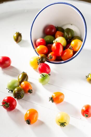 〇赤…トマト、パプリカ、苺、リンゴ/頑張るパワーや女性らしさを上げる。 〇白…バナナ、かぶ、大根/心を整え、純粋でクリアな気持ちに。 〇緑…ほうれん草、小松菜など葉野菜、アボガド/心の落ち着き、安心をもたらす。 〇オレンジ…柑橘類、ニンジン、かぼちゃ/親しみやすさ、コミュニケーション力をアップ。 〇黄…とうもろこし、ズッキーニ、パイナップル、レモン/新しいアイデアが欲しい時に。