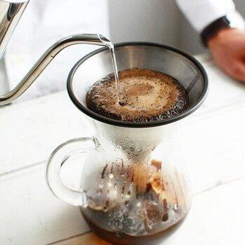 コーヒー豆を焙煎することにより、豆に含まれる油脂分が、オイルとしてにじみ出てきます。ステンレスフィルターは、そのコーヒーのオイルをそのまま通すためコクのある味わいになります。洗って使い続けることができるため、環境にも優しく、経済的です。温めた牛乳を注げば、まろやかさが加わった、ほのかな甘さのカフェオレに。