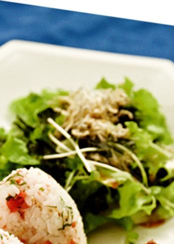野菜プラスお魚と海藻も取れちゃうサラダ。ごま油で炒めたちりめんじゃこと海苔の風味がいいアクセントになっています。シンプルですが、うま味満点。市販のドレッシングを活用すればさらに簡単です。
