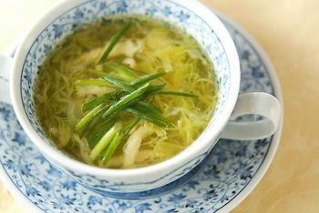 冷蔵庫に残っている野菜でさっと作れる和風コンソメ。ブイヨンに和の調味料を加えて、洋風コンソメとは少し違う味わいに。毎日食べたくなる飽きのこない美味しさです。