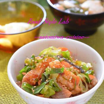 脂ののった鮭を使ったのっけもりごはん。鮭のアラをフライパンで焼き、ネギを炒め合わせます。鮭の脂で炒めたネギがジューシーな美味しさです。