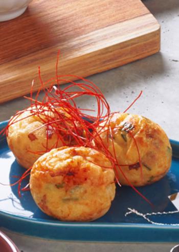 ニラを混ぜた生地にたこが良く合う、酢醤油で食べるチヂミ風たこ焼き。ごま油を最後に塗り、糸唐辛子をのせて完成の上品な一皿です。