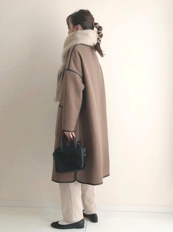 コートにデザインされたパイピングが程よいアクセントになった《ブラウン×ベージュ》のワントーンコーデです。くすみがかった茶色コートにボリュームのあるマフラーを合わせれば、より柔らかな印象が引き立ちます。