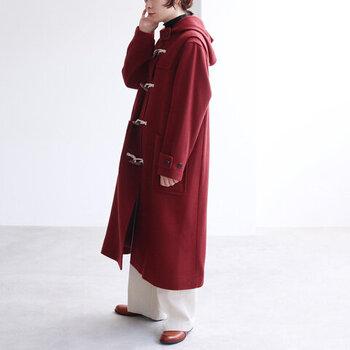 ハイネックのニットやワイドパンツと合わせて、大人なフレッピースタイルを楽しめるボルドーのコート。暖かく実用性も高いロングダッフルは、今年の冬のワードローブにぜひ取り入れたい1着です。
