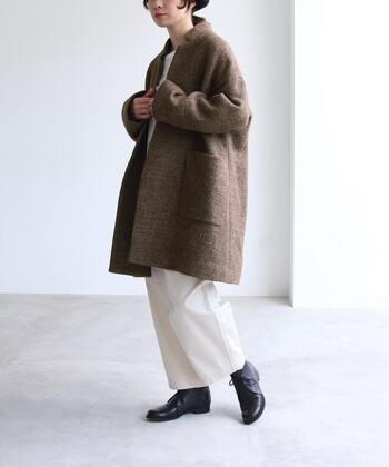 絶妙なオーバーサイズのコートをラフに羽織ることで、大人の余裕を感じるナチュラルコーデに。足元はアイボリーのワイドパンツに映える黒をチョイスして、全体を引き締めて。
