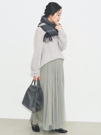 軽やかなグレーのチュールスカートは同系色でナチュラルにスタイリング。首元とバッグに暗めのトーンを加えるだけでメリハリが生まれ、ぼやけがちなライトグレーのコーデも引き締まりますね。