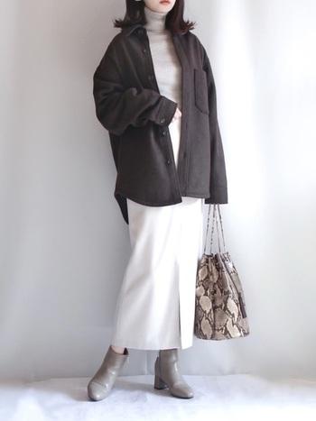 白のタイトスカートはとことんレディに。オーバーシャツジャケットをラフに羽織って艶っぽくカジュアルダウンさせるのも魅力的ですね。パイソン柄もさりげなく、小物アイテムまで抜かりありません。