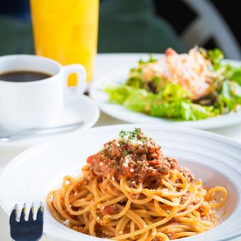 パスタやカレーが人気のランチメニュー。夜はステーキなどのお肉料理がおすすめです。パーティーコースや飲み放題コースもありますよ♪