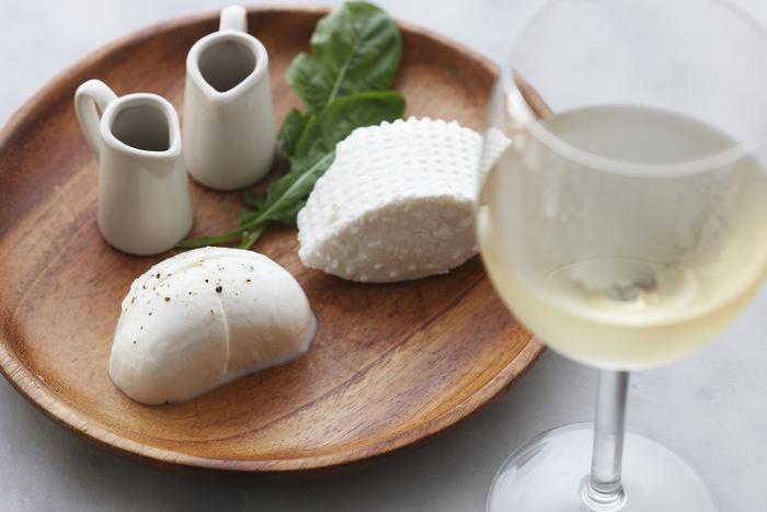 写真は、ジューシーさがクセになるモッツァレラと、ミルクの甘味を感じるリコッタ。ピッツァなどのフードメニューも、チーズ専門店ならではの味を楽しめます。