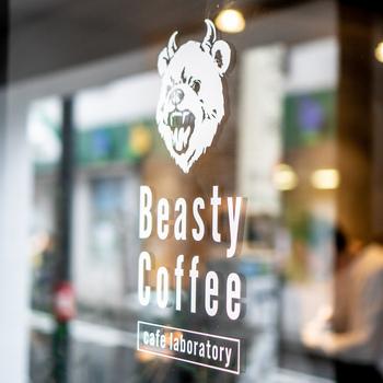 「Beasty Coffee cafe laboratory (ビースティー コーヒー カフェ ラボラトリー)」は、コーヒー器具やコーヒー豆を扱うamadanaのフラグシップカフェです。スタイリッシュな雰囲気がとにかくオシャレ!