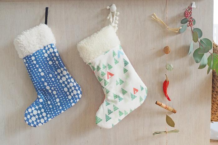 壁や枕元に飾りたいクリスマスソックス。無料型紙で布をカットし、縫い合わせていきます。生地の色柄次第で雰囲気が変わります。いくつか並べても素敵ですね。サンタさんがプレゼントを入れてくれるかも!?