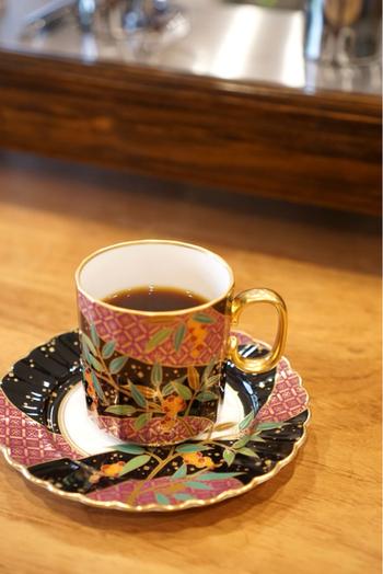 美しいカップもお店こだわりのもの。自分だけのコーヒーを五感で楽しめる、なんとも贅沢なひと時を味わえます*