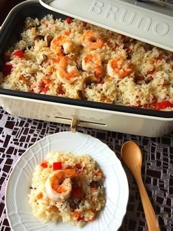冷やごはんで簡単にできる海老ピラフ。家族みんなで楽しんで、残ったらお弁当にするのもいいですね。シーフードミックスなどでもOK。冷蔵庫にある残り野菜を刻んで加えれば、栄養バランスがアップします。