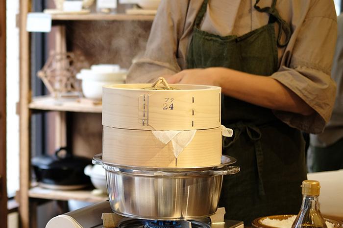 鍋のお湯がしっかりと沸騰したら、食材をセットした「せいろ」を鍋にのせます。 ※湯気はとても熱いので、鍋つかみ等を使ってセットするのなど注意が必要です。  鍋にのせたら、蒸気がしっかりと上がる火加減をキープします。そのあとは、レシピ通りの時間で蒸すだけふんわりホクホクに仕上がります。