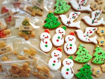 こちらは、クリスマスモチーフの型抜きクッキーをデコレーションするレシピです。全てアイシングにするのではなく、生地の色味を生かしたもの、爪楊枝で穴を空けてデコレーションしたもの、カラーシュガーをまぶすだけのものなど、さまざまなバリエーションを取り入れています♪