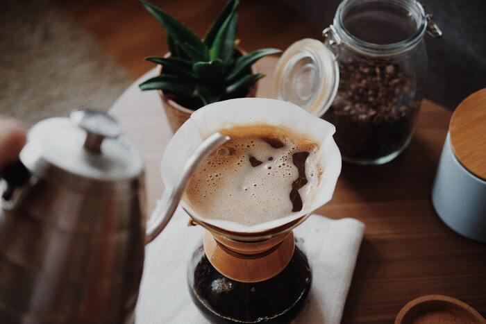 コーヒーは、お湯の温度、淹れる速度などの、ささいな違いで味が変わるデリケートな飲み物です。自分の手でコーヒーを淹れることの良さは、味や濃さを自分好みに調節できること。また、お手入れも簡単で、コンパクトに収納できます。なにより丁寧に、コーヒーの香りを楽しみながらお湯を注ぐ時間は、自分と向き合い、日々の喧騒から逃れられるささやかな時間になるのではないでしょうか。