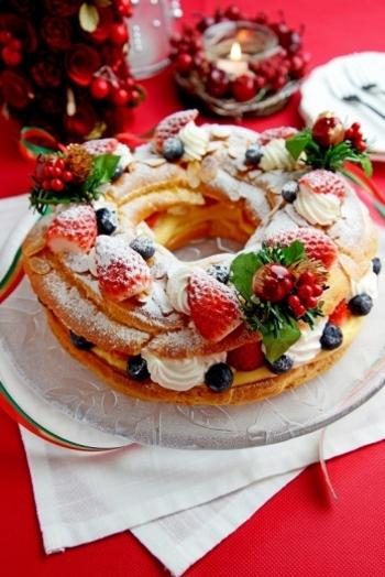 シュー生地をリング状に絞ってクリームを挟んだ「パリブレスト」は、フルーツを華やかにデコレーションすれば、まるでリースのよう♪仕上げに粉糖を振りかけて、ホワイトクリスマスを演出しましょう。