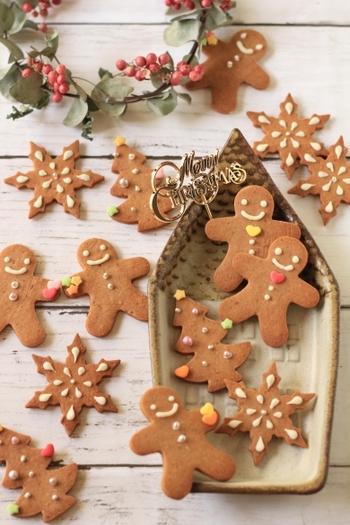 クリスマスの定番スイーツである、スパイスの効いたジンジャークッキー。このレシピでは卵を入れずバターも控えめで作るため、素朴で優しい風味と食感に仕上がります。チョコペンやアラザン、アイシングを使って、かわいいデコレーションを楽しんで♪