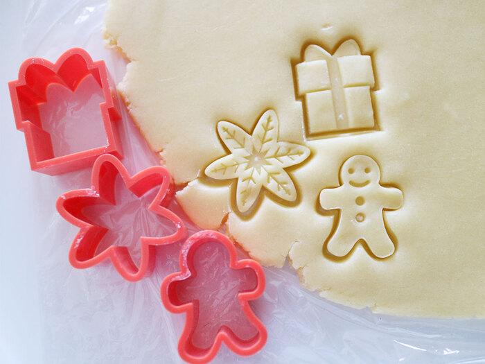 クリスマスらしい3種類のクッキーを作れる、スタンプ付きのクッキー型です。スタンプは押すだけで簡単に生地に模様を付けることができ、アイシングをするときなどのガイド線にもなるためデコレーション初心者にもおすすめ。