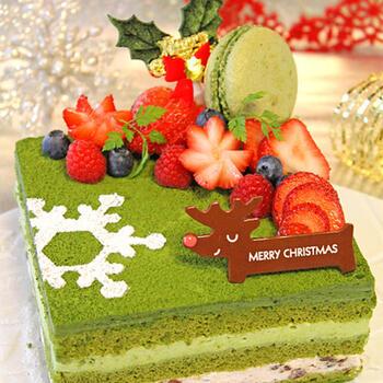 抹茶のスポンジにマスカルポーネクリームと小豆クリーム、ガナッシュを重ねた、抹茶好きにはたまらない和風クリスマスケーキ。フルーツは飾り切りで立体感を出して。渋いグリーンとレッドのクリスマスカラーが鮮やかで、パーティーのテーブルを盛り上げてくれます。