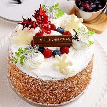 生地にラズベリーパウダーを混ぜ込んで雪をイメージしてデコレーションした、クリスマスらしいシフォンケーキです。真ん中の空洞部分にストロベリーやブルーベリーなどのフルーツを隠しておくと、カットしたときのサプライズに!