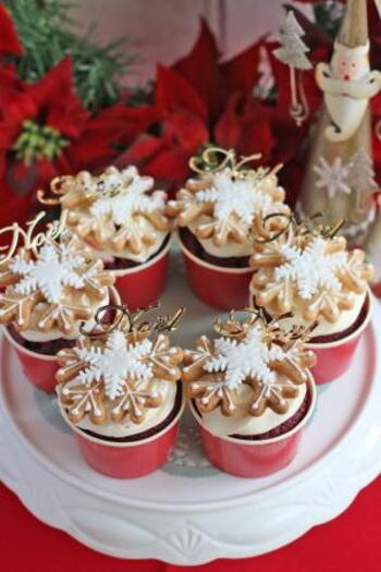 アメリカの定番スイーツであるレッドベルベットケーキに、生クリームと雪の結晶型のクッキーをトッピング。赤い生地と白いクリームのコントラストがクリスマス感を漂わせます。トッピングするクッキーの形やアイシングの色を自由にアレンジしてもおしゃれ♪