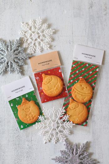 シンプルな型抜きのプレーンクッキーは、耐油性台紙にクッキーをのせて袋に入れてヘッダーで留めれば、お店のようなおしゃれなラッピングに。カラフルなクリスマス柄の台紙を使うとスイーツをポップに引き立ててくれます。耐水・耐油性に優れているため油にじみの心配もありません。