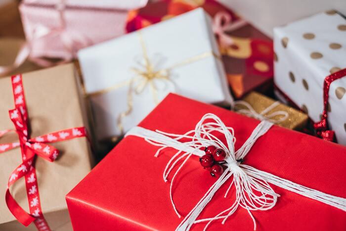 クリスマスパーティーの定番、プレゼント交換。子供向けのパーティーなら、予算は500円以内が妥当です。輪になって、クリスマスのBGMを流しながら次々に渡していき、曲が止まったときに持っているプレゼントをゲット!くじ引き方式にしたり、ビンゴゲームで当たった人からプレゼントを選ぶのも盛り上がりますよ。おうちに帰ってプレゼントを開ければ、帰ってからもハッピーな時間に。