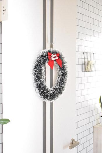 ドアにリースを飾れば、中に入る前からクリスマス気分も盛り上がります♪玄関ドアだけでなく、クリスマスパーティーをするお部屋のドアに飾ってもOK。