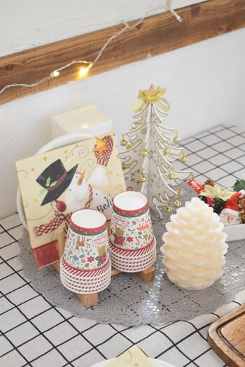 テーブルには、後片付けが楽な使い捨ての食器をスタンバイ。100円ショップなどでもクリスマスモチーフの可愛いアイテムが手に入るので、たくさん活用しましょう♪クリスマス小物と一緒に並べれば、素敵なディスプレイになりますよ!