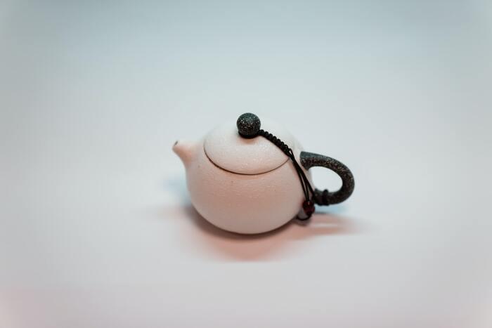 ①網目の細かい茶こしを、急須にセットする②急須に、大さじ1杯のコーヒーの粉を入れる③熱湯をそそぐ④4分間待つ⑤カップに注いだら、美味しいコーヒーの完成です。しっかりとした味わいを残しつつ、飲みやすい味に仕上がるのだとか。ドリッパーを持っていない人は、急須でも自家製コーヒーを十分楽しむことができるので、お試しくださいね。