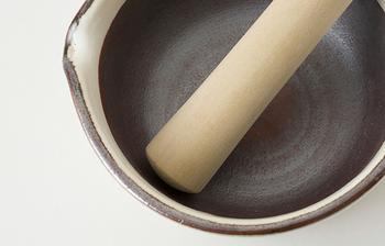 """こちらのすり鉢には""""溝""""がないため、すったものが溝にはさまらず、洗い物をしやすいのが魅力的。陶器のお皿として、そのまま食卓に並べても違和感を感じない、美しいデザイン。片口すり鉢なので、ソース・タレを注ぐ時にも便利です。"""