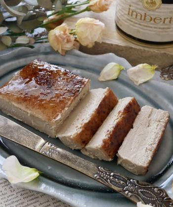 マロンペーストを使った、ちょっとユニークなカタラーナ。普通のパウンドケーキ型で簡単に焼けます。バーナーで炙って5分ほどすると、半解凍でちょうどいい溶け具合だとか。