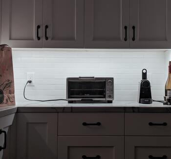 パンやお餅などを手軽に焼けるオーブントースターは、1台あると便利ですよね。でも、網や底板を取り出してパンくずを拾ったり、こげを落とすのは面倒…。電化製品のため、スペースもとってしまいます。オーブントースターは、さまざまな物で代用できるため、ストレスを感じるならば手放してもいいのかも。電化製品を1つ減らすだけで、思いのほか場所が空き、すっきりとした空間になりますよ。