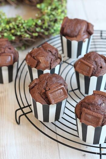 チョコ好きさんにおすすめのレシピ。生地の中に板チョコを入れることで、焼き上がった時にとろーりとろけます♪トッピングにも板チョコを使った、まさにチョコ尽くしのマフィン!
