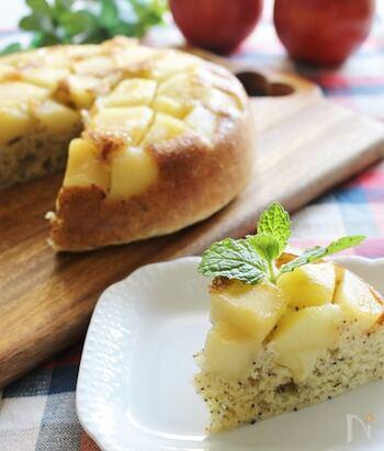 りんごの甘煮を作ったら、生地と一緒に炊飯器に入れてスイッチオン!ごろっとしたりんごの存在感と甘酸っぱさを楽しめます。紅茶の香りと相性抜群◎
